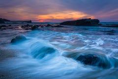 Vagues et roches dans l'océan pacifique au coucher du soleil, vu chez Shell Be photos libres de droits