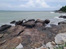 Vagues et roches de mer photographie stock libre de droits