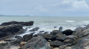 Vagues et roches de mer photos stock