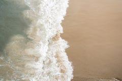 Vagues extérieures sur le rivage Image stock