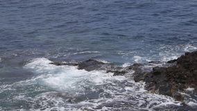 Vagues extrêmes d'océan atlantique écrasant la côte banque de vidéos