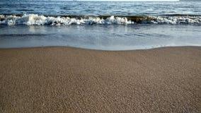 Vagues frappant la côte Image libre de droits