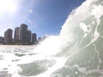Vagues gentilles sur la coupure de rivage de la plage de Barra da Tijuca Rio de Janeiro - Brésil image libre de droits