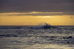 Vagues interrompant l'île de Maui images stock