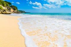 Vagues lavant au-dessus d'une plage sablonneuse dans Bali Image stock