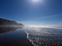 Vagues lavant sur la plage en Half Moon Bay la Californie photographie stock