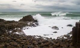 Vagues massives et basalte colomnaire à la chaussée du géant, Irlande du Nord Photo stock