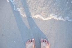 Vagues, mer et pied Image stock
