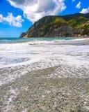Vagues, mer, montagnes, Cinque Terre, Monterosso Al Mare, Italie images libres de droits