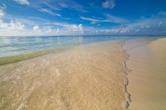 Vagues molles de mer bleue sur la scène tropicale de plage et de ciel bleu Fond tropical inspiré de nature Photographie stock libre de droits