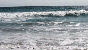 Vagues montant sur l'angle faible Santa Monica California de plage de sable banque de vidéos