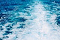 Vagues, mousse et sillage dans l'océan photographie stock libre de droits