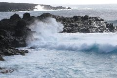 Vagues, océan et roches volcaniques au littoral de Lanzarote, Espagne Image libre de droits