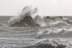 Vagues orageuses de mer se brisant au-dessus des falaises photos libres de droits