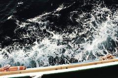 Vagues orageuses foncées dans l'océan d'un bateau image stock