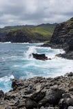 Vagues orageuses se brisant sur la côte de Maui Photographie stock libre de droits