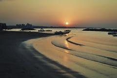 Vagues paresseuses au coucher du soleil image stock