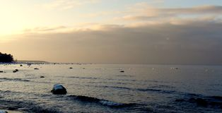 Vagues paresseuses roulant sur le bord de la mer photos libres de droits