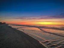 Vagues pendant le lever de soleil Photo libre de droits