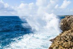 Vagues puissantes écrasant sur une plage rocheuse Photo libre de droits