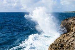 Vagues puissantes écrasant sur une plage rocheuse Photos libres de droits