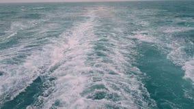 Vagues puissantes suivant le bateau Voie des moteurs du bateau Voiles de revêtement de croisière sur l'océan bleu Vagues derrière clips vidéos