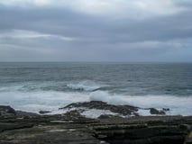 Vagues, ressac et jet le long de la manière atlantique sauvage, Irlande image libre de droits