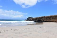 Vagues roulant à terre dessus à la plage d'Andicuri dans Aruba Photographie stock libre de droits
