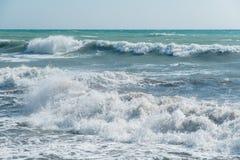 Vagues roulant sur la mer au rivage Puissance de tempête sur la mer photos stock