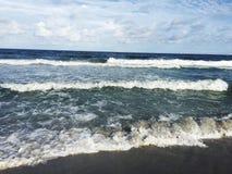 Vagues rugueuses se cassant sur une plage Photos libres de droits