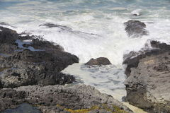 Vagues s'écoulant sur la plage rocheuse Image libre de droits