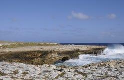 Vagues se brisant au-dessus des roches Photo stock