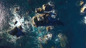 Vagues se brisant contre de grands piliers de roche - vidéo aérienne - Playa del Silencio, Asturies, Espagne banque de vidéos