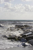 Vagues se brisant dans des roches en Marina di Massa Photographie stock