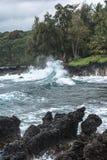 Vagues se brisant dans des roches, Maui, Hawaï Photo stock