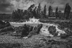 Vagues se brisant la plage de Maui Image libre de droits