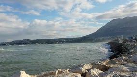 Vagues se brisant sur des roches à un port méditerranéen clips vidéos