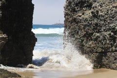 Vagues se brisant sur des roches Image libre de droits