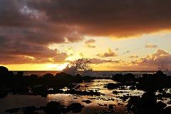 Vagues se brisant sur des roches Photo libre de droits