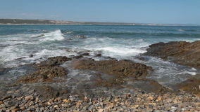 Vagues se brisant sur les roches au bord de la mer banque de vidéos