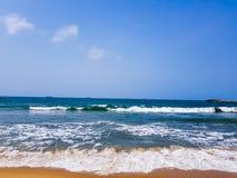 Vagues se brisant sur une belle plage à Lagos, Nigéria Les eaux bleues de l'Océan Atlantique photographie stock