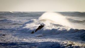 Vagues se brisantes de roulement en mer photos libres de droits