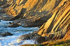 Vagues se cassant au-dessus des roches 1 Photographie stock
