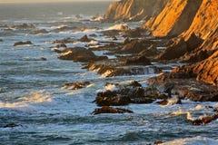 Vagues se cassant au-dessus des roches 4 Images stock
