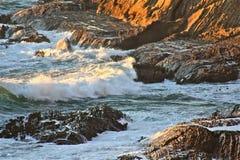 Vagues se cassant au-dessus des roches 8 Images libres de droits