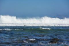 Vagues se cassant sur la barrière de corail à côté d'une plage tropicale Photos libres de droits