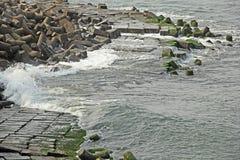 Vagues se cassant sur la digue faite en Tetrapods concret Photographie stock libre de droits