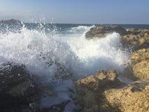 Vagues se cassant sur la plage Photo libre de droits