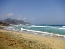 Vagues se cassant sur la plage tropicale avec à sable jaune, Cap Vert Photos libres de droits