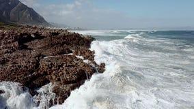 Vagues se cassant sur le littoral rocheux clips vidéos